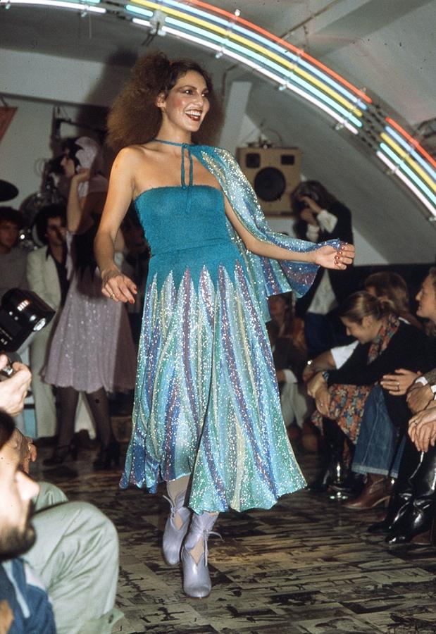 """Kippenberger, Titel: Rich Richter """"Pablo Picasso Fashion Show auf der Bodeninstallation von Martin Kippenberger"""" (1977) © Rich Richter"""